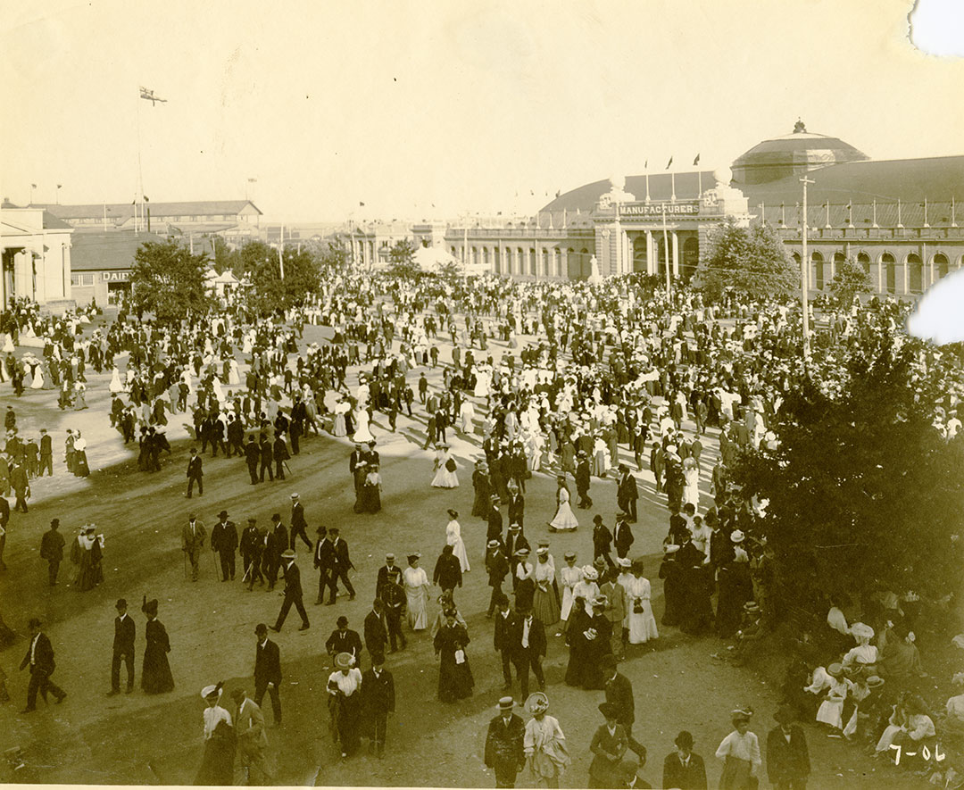 Crowds Manufacturers Building, 1906