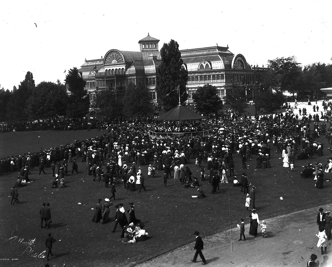 Patrons Outside The Crystal Palace In 1890
